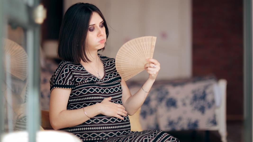 Svetter du lettere når du er gravid? Og kanskje også etter at babyen er født? Det er helt normalt! Illustrasjonsfoto: iStock
