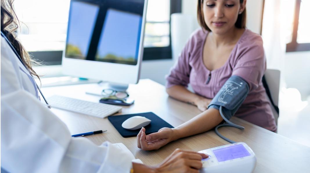 Blodtrykket er én av tingene som blir undersøkt på alle svangerskapskontroller. Illustrasjonsfoto: iStock