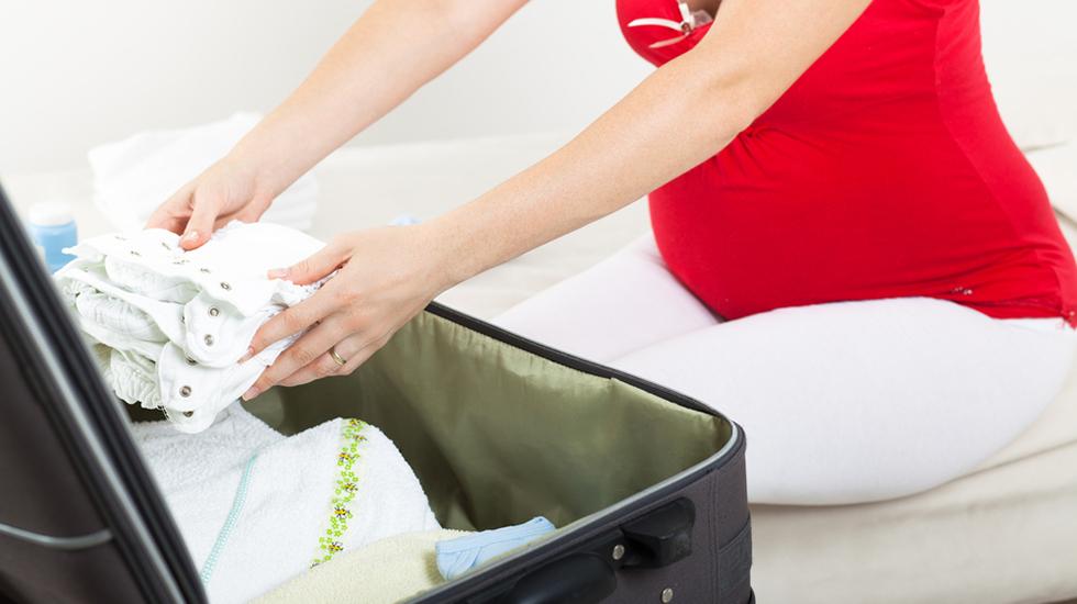 Husk å pakke både til deg og babyen. Og kanskje til pappaen også, hvis han skal overnatte på sykehuset/barselhotellet sammen med dere. Illustrasjonsfoto: Shutterstock