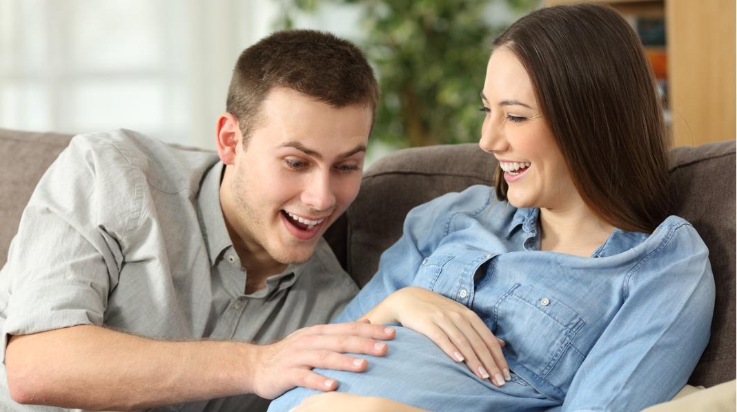 Mor kjenner vanligvis sparkene i noen uker før de blir så kraftige at de også kan kjennes utenpå magen. Illustrasjonsfoto: iStock