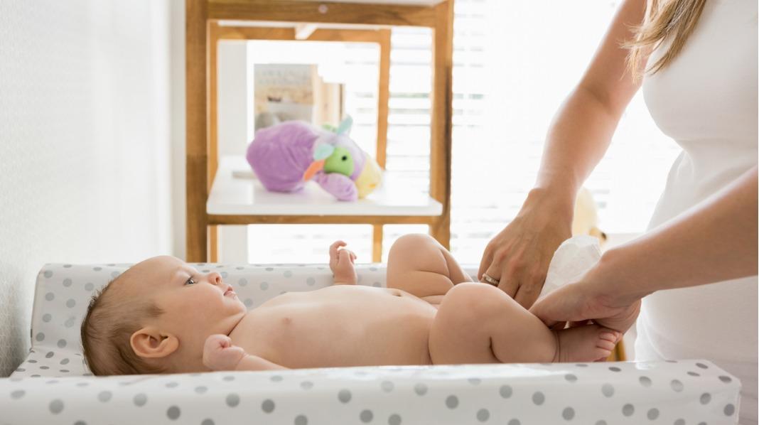 Stellemadrassen eller stellebordet bør ha kanter som forhindrer at babyen faller av når bevegelsene etter hvert blir mer aktive. Illustrasjonsfoto: iStock