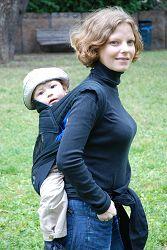 Astrid Helgesen med sønnen Rune trygt plassert på ryggen.