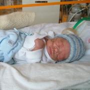 To måneder gamle Lasse har fått på klær for første gang.