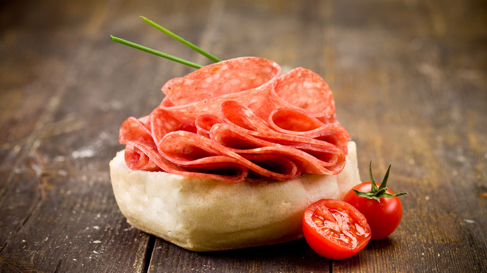 Hovedrådet fra norske matmyndigheter er at gravide ikke bør spise spekemat, med mindre det er varmebehandlet godt. Illustrasjonsfoto: Shutterstock