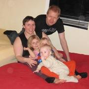 Hele familien deler seng!