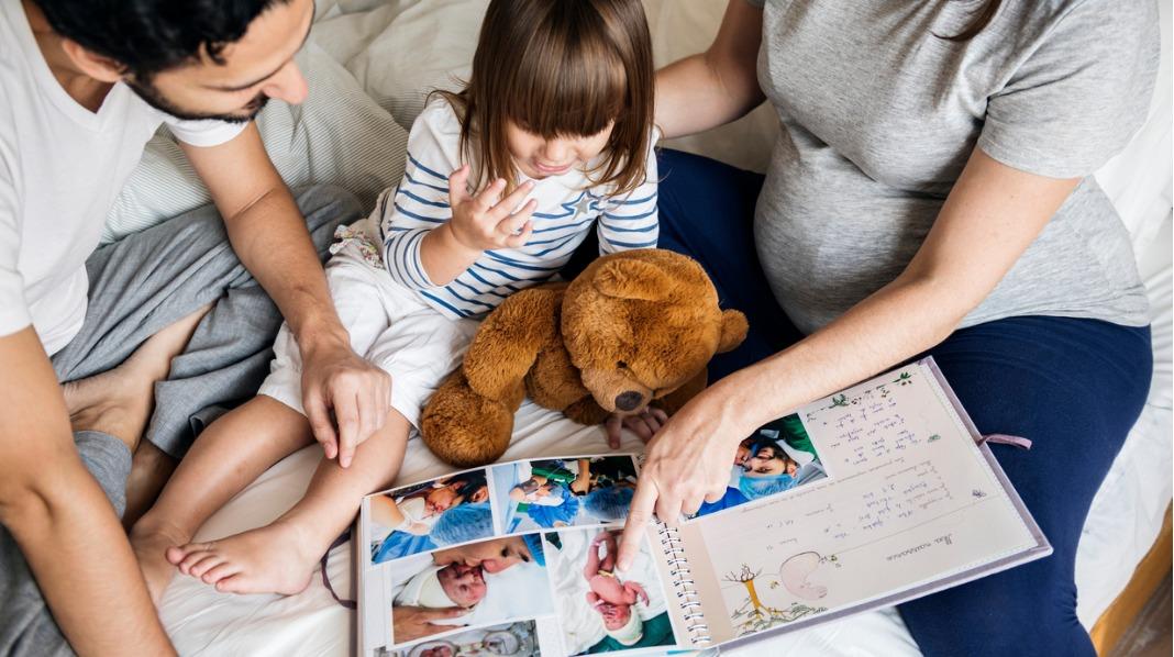 Barna elsker å se på bilder av seg selv, og det er en god anledning til å snakke sammen om gode minner. Alle illustrasjonsfoto: iStock