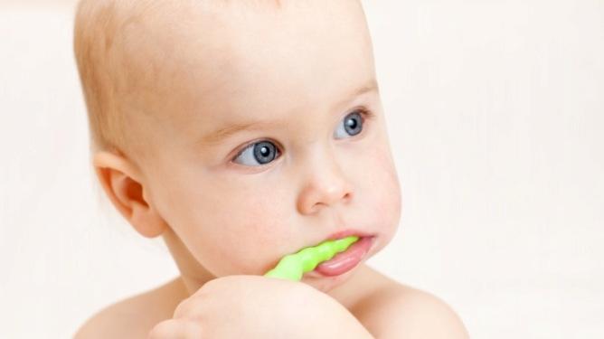 Barnet kan gjerne prøve å børste tennene selv, men bare for gøy. Rengjøringen av tennene skal foreldrene stå for. Illustrasjonsfoto: Crestock