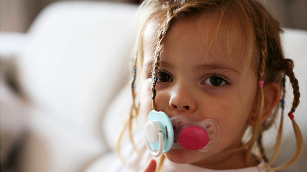 Barnet bør ikke ha smokk for lenge – da kan det også gå ut over tannstillingen. Illustrasjonsfoto: iStock