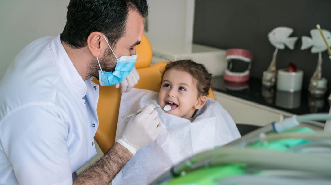 Gi barnet trygghet rundt det å gå til tannlegen, så blir det en best mulig opplevelse. Illustrasjonsfoto: iStock