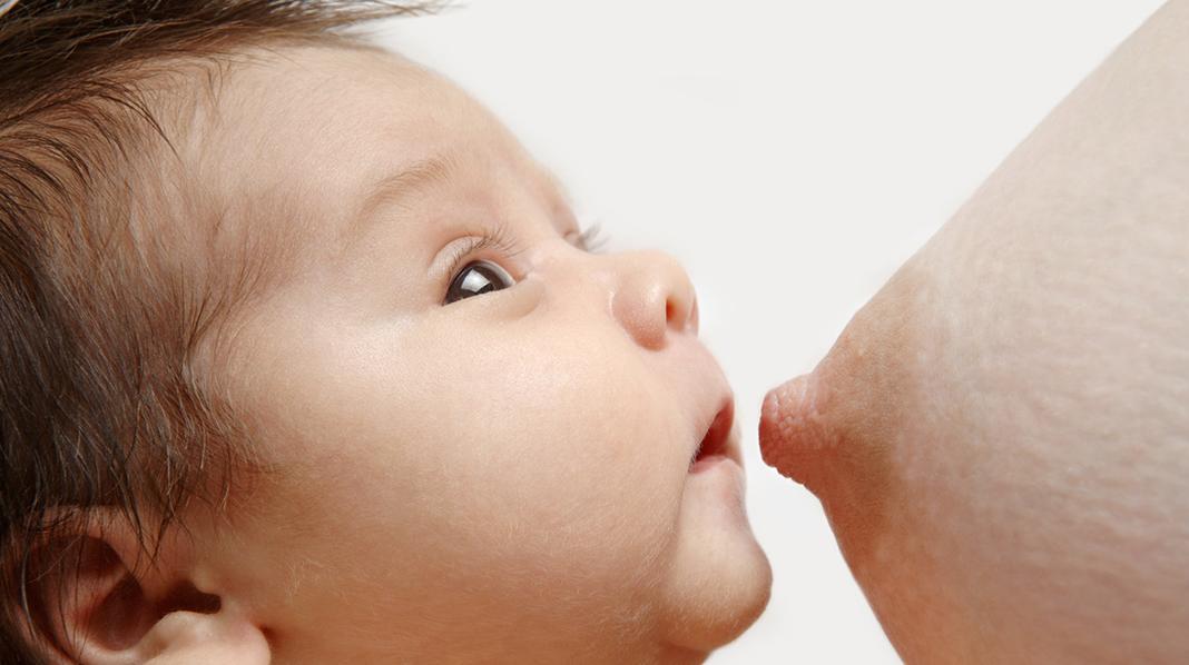 0-6 måneder: Morsmelk gir næring og beskyttelse