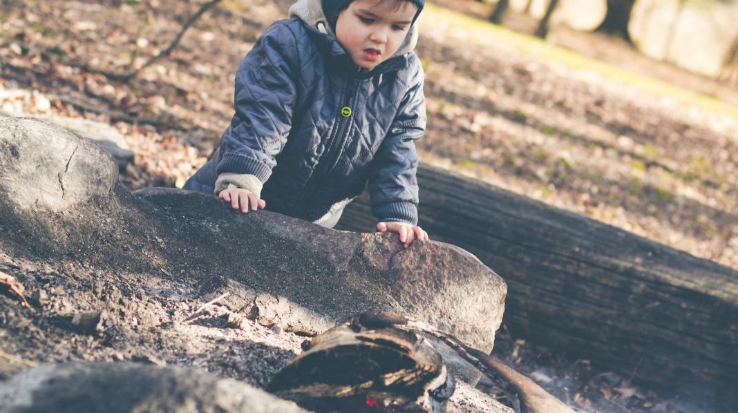 Pass godt på når barnet er i nærheten av åpen ild og varme. Illustrasjonsfoto: iStock