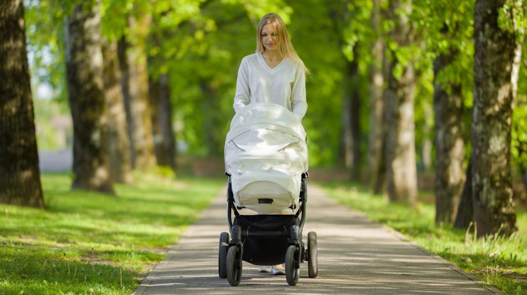 Mange dekker vognåpningen for å hjelpe barnet å stenge lys, lyder og vær ute. Men du risikerer å lage en dødsfelle. Illustrasjonsfoto: iStock