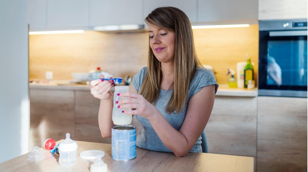 Følg pakningens anbefalinger på mengde når du blander sammen morsmelkerstatningen. Illustrasjonsfoto: iStock