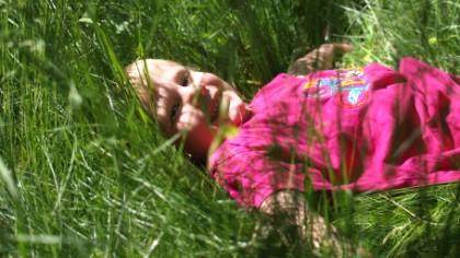 Deilig å slappe av i gresset, men følger det med noen ekstra passasjerer etterpå? Foto: Privat