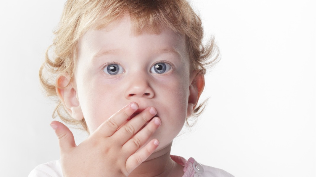 Skal jenta kunne lukke munnen og nekte? Eller er det moren som bør ha kontrollen? Illustrasjonsfoto: iStock