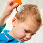 mother-using-a-comb-to-look-for-head-lice-picture-id513381262