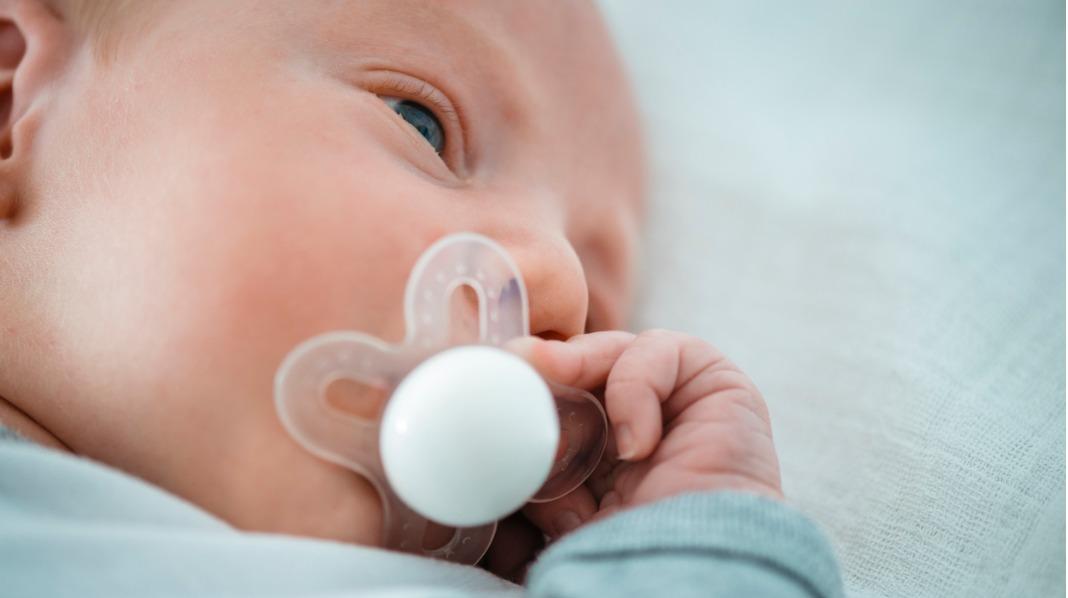 Ammingen bør være vel etablert før en gir barnet smokk, anbefaler eksperter. Illustrasjonsfoto: iStock