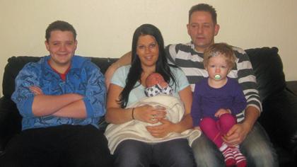 Familien Fotland tre dager etter at Marcus ble født. Mamma Jeanette holder Marcus, mens julejenta Angelica sitter på pappa Glenns fang. Til venstre er Glenns sønn Lars Even. Glenns datter Sunniva, som er født på Glenns 30-årsdag, var ikke med på bildet.