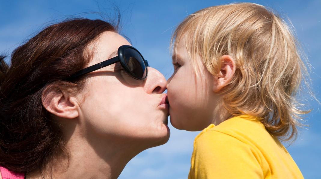 Det er langt fra alle foreldre som kysser sitt eget barn på munnen. Hva da når en barnehageansatt gjør det? Ill.foto: iStock