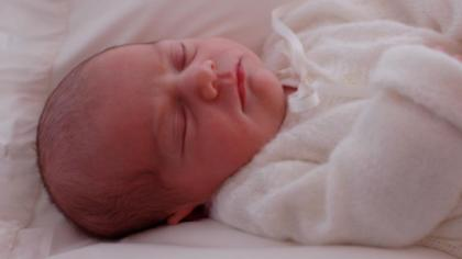 Estelle Silvia Ewa Mary i en babykofte strikket av Kronprinsesse Victorias mormor, Alice.