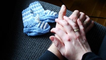 """Helene fikk bestemoren sin til å strikke disse babysokkene flere år før hun døde, og lenge før Helene og Terje begynte å prøve å bli gravide. """"Måtte bare sikre meg noe hun hadde laget til en ønsket framtidig baby"""", sier hun. Foto: privat."""