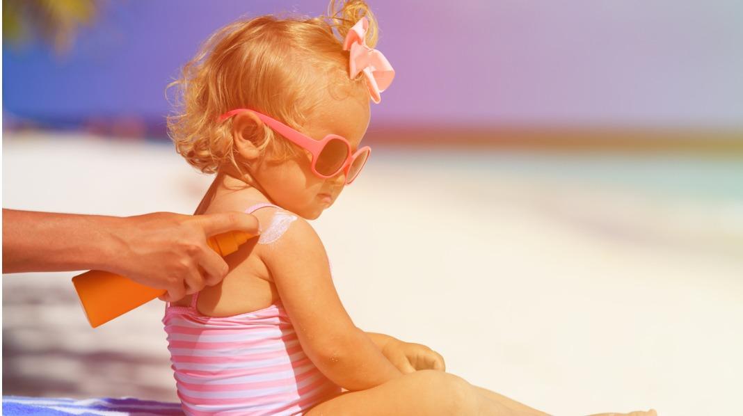 Solbrenthet som barn kan gi føflekkreft som voksen. Men det er enkelt å forebygge. Illustrasjonsfoto: iStock
