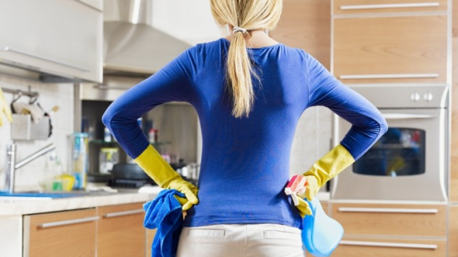 Marthe sliter med store bekkenplager og er 100 prosent sykemeldt. Likevel mener samboeren at hun skal klare alt husarbeidet. Ill.foto: Crestock