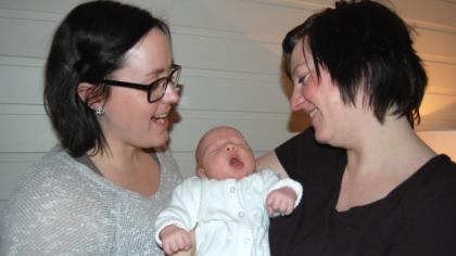 Kirsten Linn og Siv Mona kan ikke få nok av den nyfødte datteren. Emma Nikoline kom til verden i februar. Foto: June Aakvik