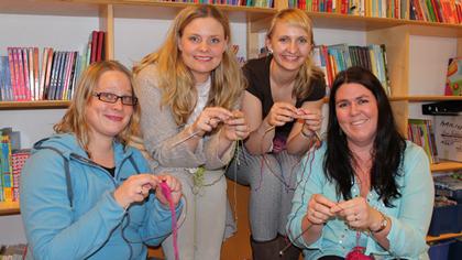 Også vi i Babyverdenredaksjonen har funnet fram strikkepinnene! Fra venstre: Maren Eriksen, Karine Næss Frafjord, Heidi Elin Nupen og Janet Molde Hollund.