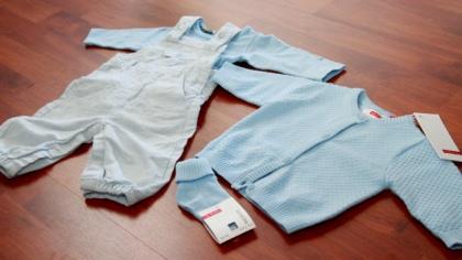 De første lyseblå klærne er kjøpt
