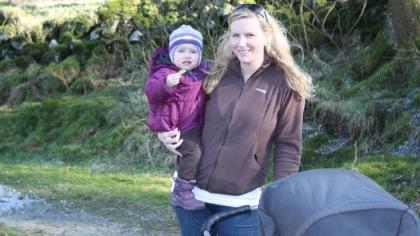 Cecilie Due-Olsen på tur med Rikke (21 måneder) og Simen (11 uker). Foto: privat