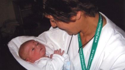 Sigrid Isberg Klyve med ett av barnebarna hun har vært jordmor for, Trym som ble født i 2007. (Privat foto)