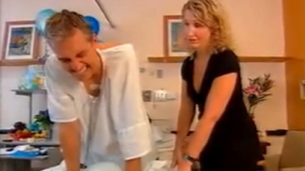 Programleder Andrew Rockford var nysgjerrig på hvordan en fødsel kjennes og fikk helsepersonell til å simulere rier. Foto: Skjermdump fra YouTube