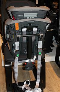 Eksempel på beltemontert bakovervendt stol. Her er det veldig viktig at forankringsselene blir festet og strammet skikkelig.