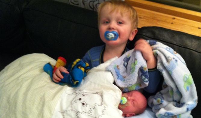 To friske og fine gutter. Stolt Adrian med lillebror på fanget. Alle foto: Privat