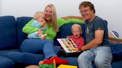 Marte Frimand-Anda med mannen Sjur, og barna Pernille og Rasmus. Hver uke framover følger Familieverden familiens spanske småbarnsliv. Private foto.