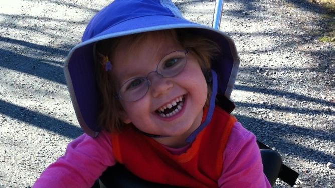 Hadde ikke Tone blitt sendt hjem fra sykehuset etter igangsettelsen, ville Tale vært akkurat som andre treåringer. I stedet er hun 100 prosent pleietrengende. Alle foto: privat