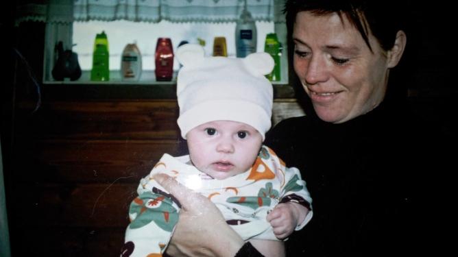 Da Mia Kvithyll ble mamma som 14-åring, bodde hun ennå hjemme med mamma og to småsøsken. Her er mormor og Hannah. Alle foto: Privat