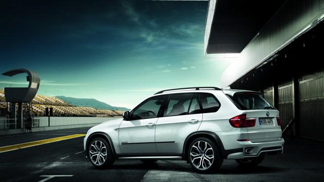 Ikke alle biler har plass til tre bilstoler i baksetet. Vi gir deg oversikten over bilen som har plass. BMW X5 er en av dem. Foto: BMW