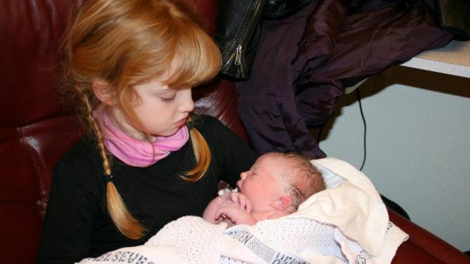 To søstre møtes for første gang. Alle foto: privat