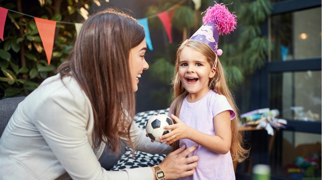 Vil barnet føle seg trygt om du ikke er sammen med det i bursdagen, eller bør du være der? Illustrasjonsfoto: iStock