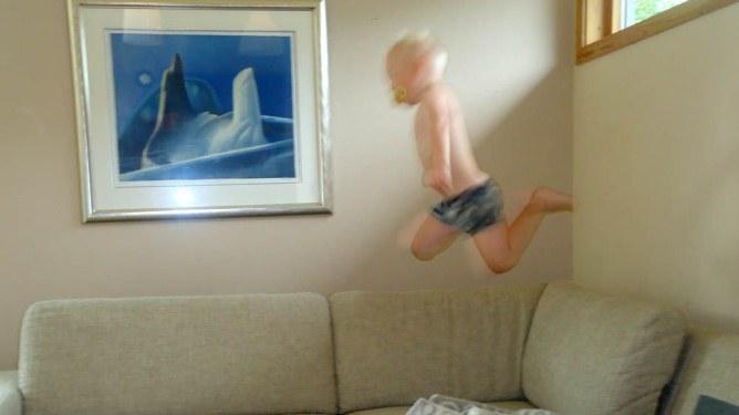 Blogger Martes sønn elsker å hoppe fra alt, hele tiden. Etter at han hadde hoppet på kafeen, fortsatte han hjemme i sofaen. Alle foto: Privat