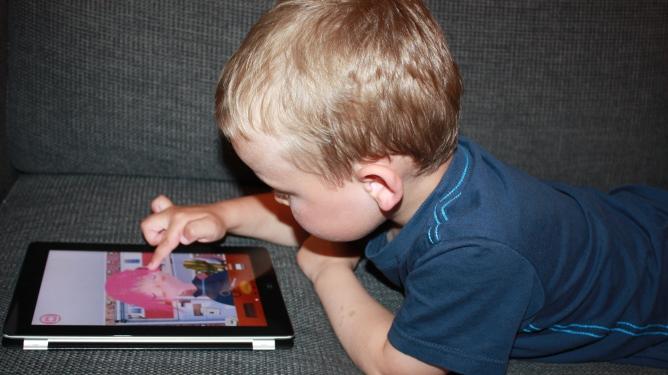 Lek på iPad krever lite opplæring – faktisk er det ofte barna som må vise de voksne. Illustrasjonsfoto: Maren Eriksen