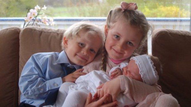 Mina Othilie og Thilo Andreas er stolte storesøsken til lille Anna-Viola. Minstejenta ble født mens mamma var i hypnose. Foto: privat