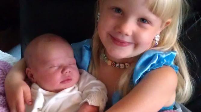 Etter premature rier i et halvt svangerskap, gikk fødselen til Sara fort og greit. Vilde er stolt storesøster. Begge foto: privat