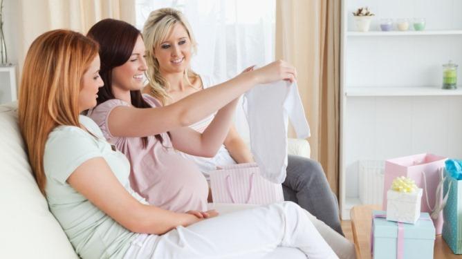 Flere velger å overraske den vordende mammaen med et gavedryss før babyen er født. Illustrasjonsfoto: Crestock