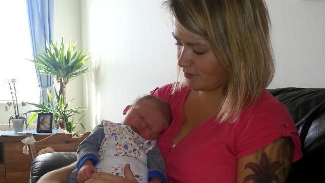 En perfekt liten gutt på 3700 gram og 50 cm. Og en stolt mamma. Foto: privat