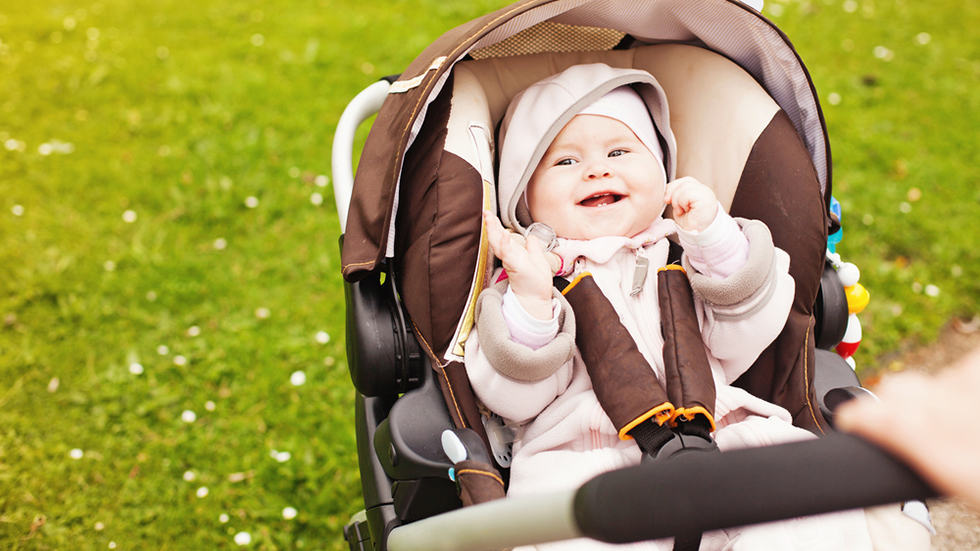 Babyen liker å se deg når dere går på tur. Illustrasjonsfoto: Shutterstock