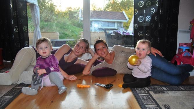 Ann Jeanett (t.v) med Mari Synnøve og Marte med Talita. De fire jentene har et svært spesielt forhold. Foto: privat