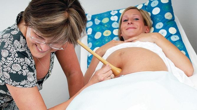 Her lytter jordmor Grethe R. Teigen etter hjertelyden hos en gravid. Foto: Tom Haga